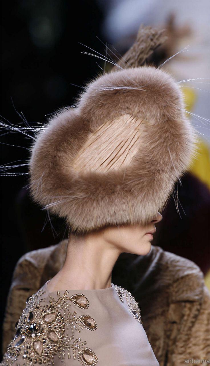 Christian Dior tocado de piel color topo