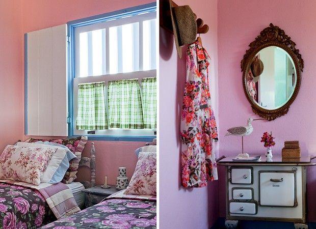 No quarto de solteiro, as camas possuem duvet de tecido floral de fundo escuro e almofadas de toile de jouy, de claro. As paredes receberam t...
