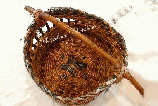 cesto intrecciato manico in legno naturale