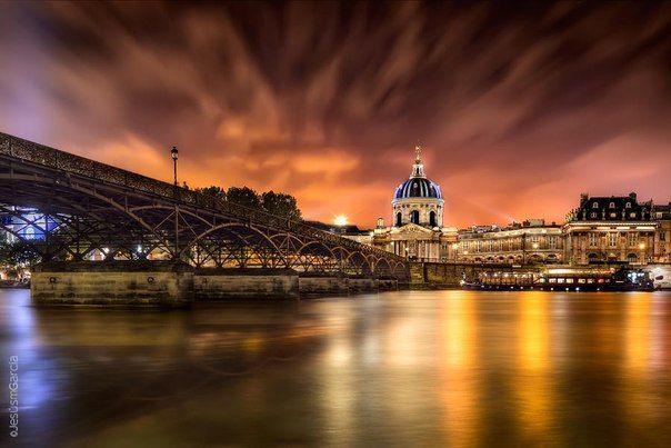 Мост Искусств — первый железный мост Парижа через реку Сену, ныне пешеходный, соединяющий по прямой линии Институт Франции и квадратный двор Луврского дворца.  Фото: Jesús M. García