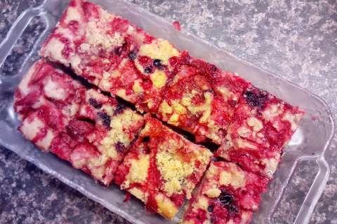 Jak upéct rychlý hrnkový koláč s letním ovocem | recept