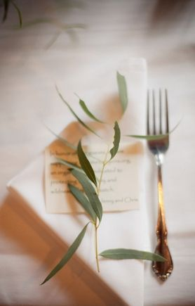 Pretty and simple table setting on Reverie Magazine