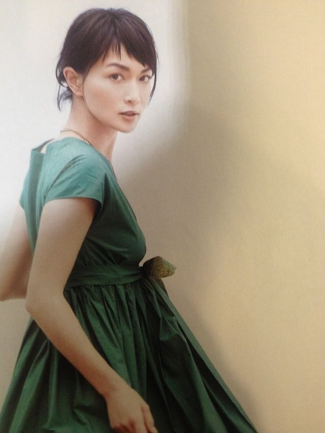 長谷川京子さんも眉上バング とても大人っぽい‥♡ 子供っぽくなってしまうと思われがちな眉上バングですが、実はこんなに大人っぽいんですね。