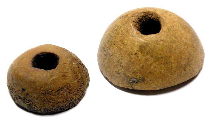 Oto dwie główki... kości udowych świni (większa) i owcy lub kozy (mniejsza) z przewierconymi na wylot otworami. Obie kostki pochodzą z Góry Lecha w Gnieźnie z warstw datowanych na XII w. Różnie interpretuje się zastosowanie tego typu kostek: jako przęśliki do przędzenia nici, jako guziki, jako paciorki (naszyjniki), ozdoby stroju a nawet jako pionki do gry typu skandynawskiego.
