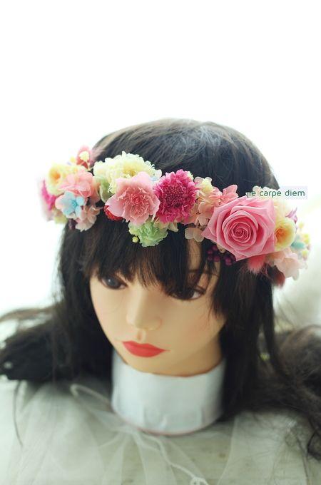 帝国ホテル様へのシャワーブーケ、 花がたくさん散りばめられたドレスにあわせて ふんわりといろいろな花で。 お揃いの花冠は、プリザーブドで...