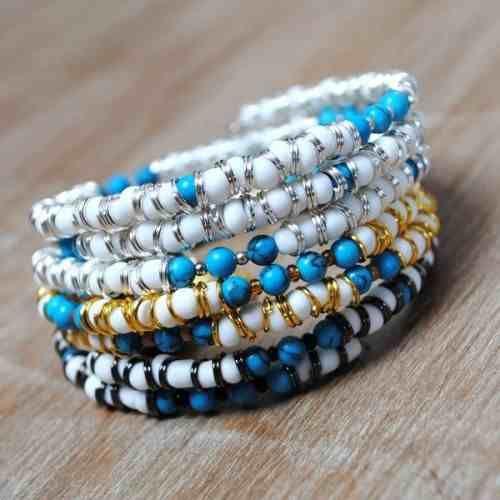 Komplet 3 nowoczesnych bransoletek ręcznie wykonanych dostosowujących się do każdego nadgarstka - nie odkształcają się. Wykonane z matowego szkła w białym kolorze oraz koralików turkusu naturalnego w KuferArt.pl