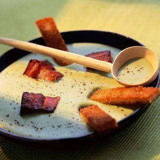 VELOUTE DE POIS CASSES (Pour 4 P : 200 g de pois cassés • 1 oignon émincé • 1 bouquet garni • 25 cl de crème • 75 cl de lait • 3 c à s d'huile d'olive • 1 pincée de 5 épices • 150 g de lardons fumés • 2 tranches de pain de campagne • sel, poivre)