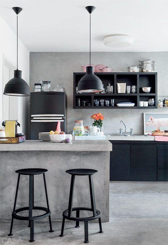 Svarta kök, gråa kök, vita, och kök och med olika träslag, kakel och kökstillbehör. Här är 21 stilrena kök som vart och ett, eller alla tillsammans är en källa till inspiration.
