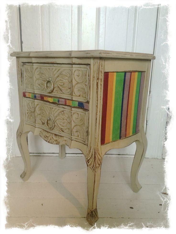 Et lille møbel malet med regnbue farver til fordel for Kys Hiv kampagnen. #AnnieSloanHome