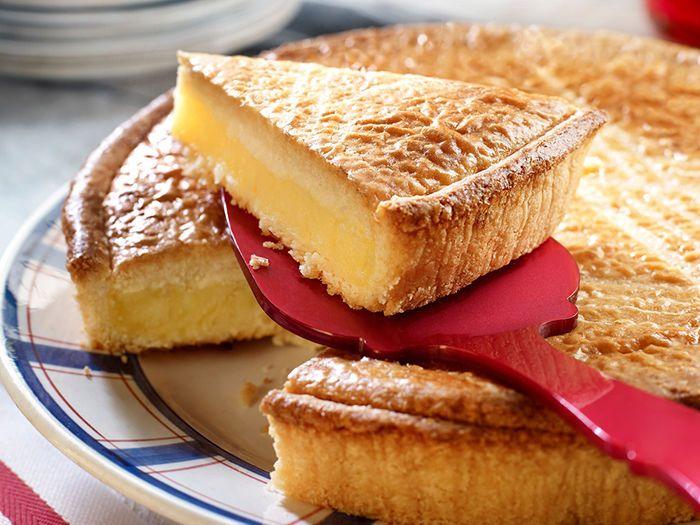 Découvrez la recette Gâteau basque à la fleur d'oranger sur cuisineactuelle.fr.