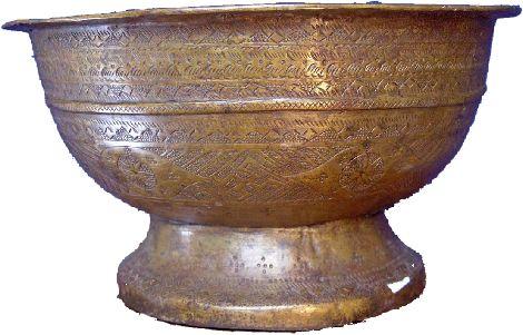 koperwerk java Deze zeer oude bokor wijkt af door zijn onregelmatige vorm, zijn primitieve decoratie en zijn afwijkend patina. Toch durf ik er geen datum aan te plakken.