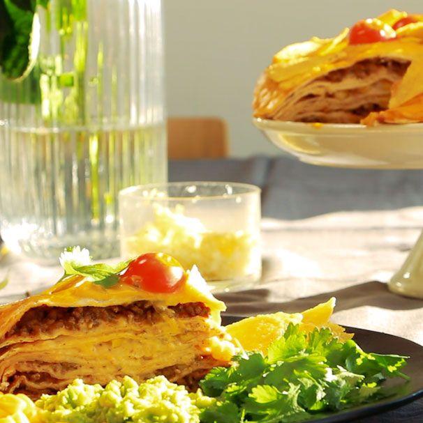 Fantastiskt enkelt och gott recept på tacotårta - perfekt som helgmiddag eller till fredagsmys. Gör den extra lyxig med hemgjord guacamole.