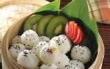 Bolitas de sushi con frutas  El sushi por su naturaleza ya es un delicioso platillo, pero si le das ese toque personal con un relleno de frutas de la temporada, seguramente lo disfrutarás aún más.