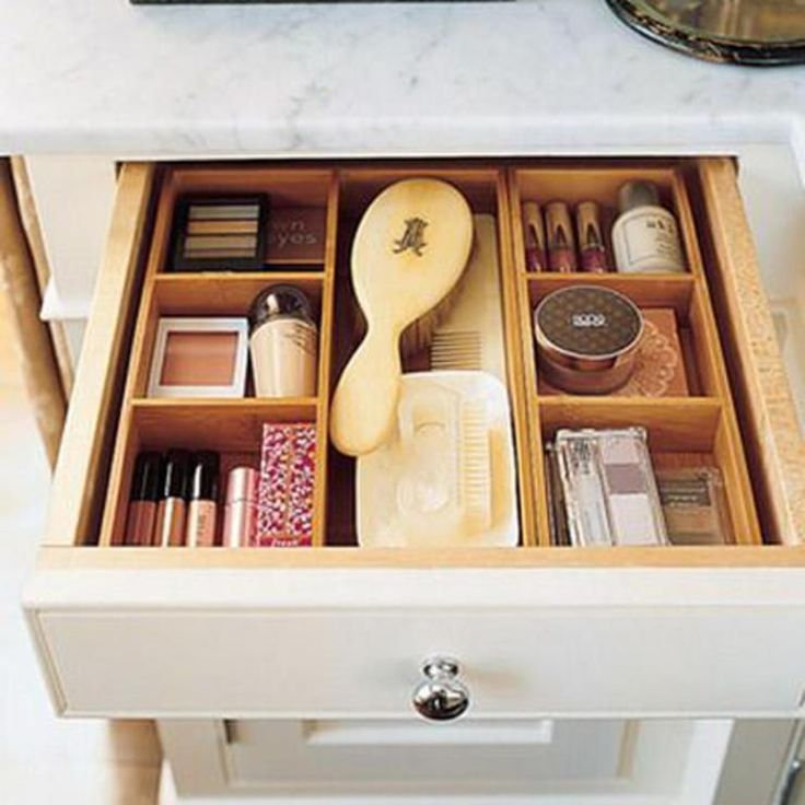 Il cassetto del bagno può essere suddiviso in scomparti anche attraverso gli appositi storage per posate, se non siete amanti del fai da te!