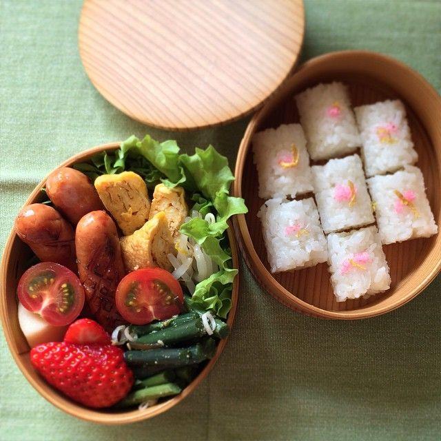 posted by @_ik_s 今日の #お弁当 ♩ ウインナー、卵焼き、もやしサラダ、わらびの塩昆布和え、ミニ、 #obentoart #曲げわっぱ