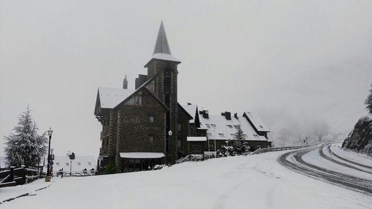 Las primeras nieves llegan a La Pleta. ¡Te esperamos desde el 1 de diciembre!