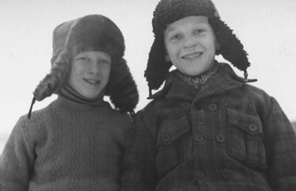young boys who live near the finnish front posing for a picture during the russo-finnish war | finland 1940 | foto: carl mydans