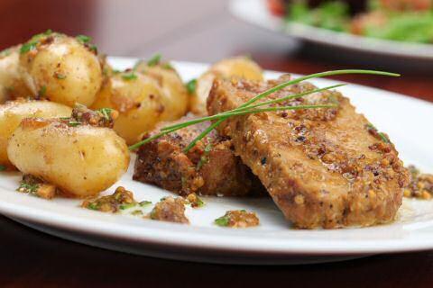 Varkensgebraad klaarmaken met snel recept voor lekkere mosterdsaus van het braadvocht