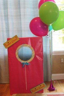 Faça uma cabine para fotos e deixe à disposição de todas as crianças durante a festa! Todos  vão querer colocar a cabeça lá! Simples de fazer e super divertido!