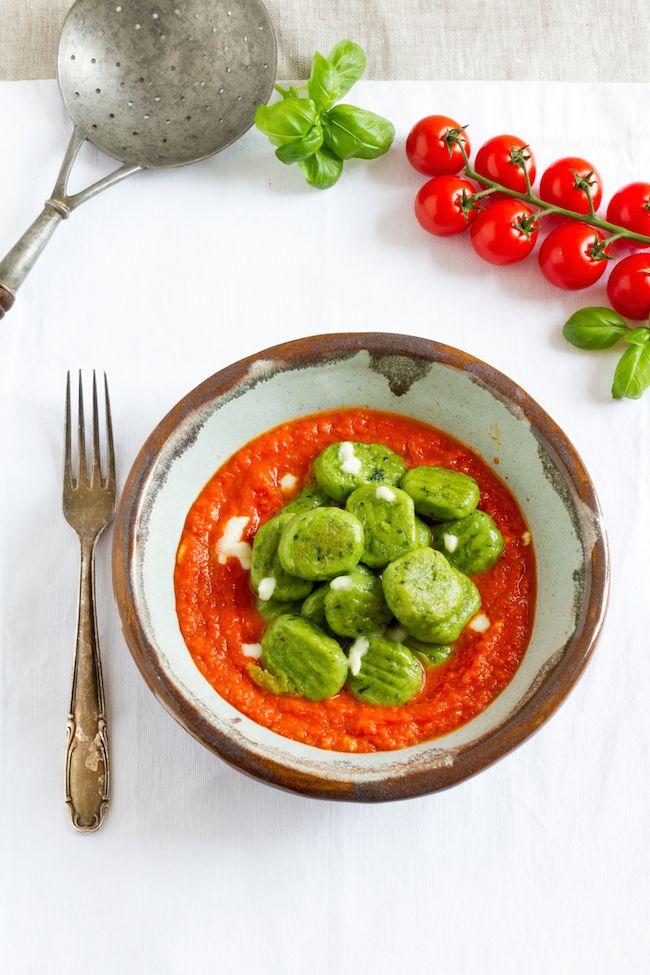 Grüne Basilikum Gnocchi mit Tomaten-Mozarella-Sauce