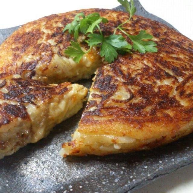 前日のドライカレーのリメイクです(*^^*) 子どもも大好き、カリッと焼けたじゃがいもからトローりカレーとチーズがっ!!  ご飯には勿論、パンやビールとも合います(^з^)-☆ - 239件のもぐもぐ - ドライカレー&チーズinポテトガレット by sakurakoaya31
