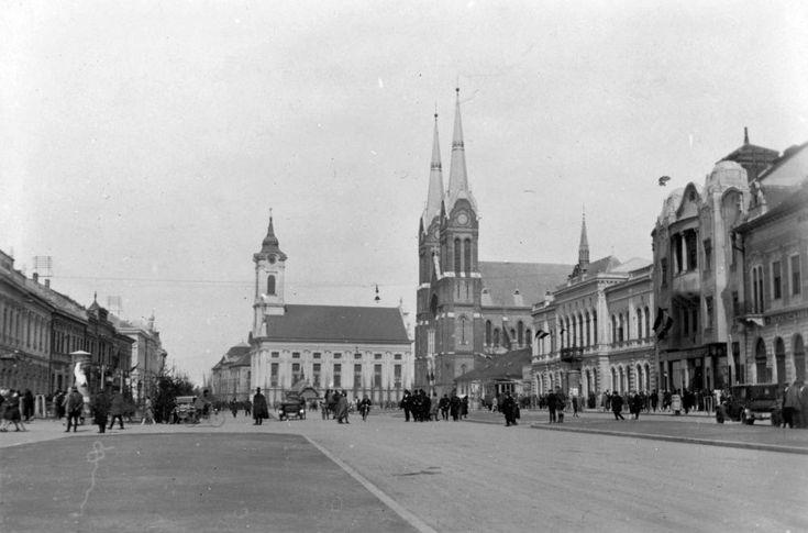 Szent István tér, szemben az Evangélikus nagytemplom, tőle jobbra a Páduai Szent Antal római katolikus templom és a Városháza.