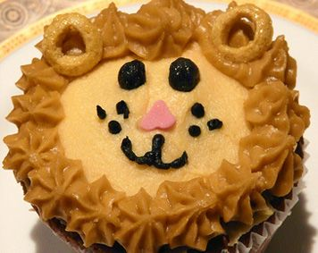 lion cupcake.. love the ears! Can someone make me giraffe cupcakes for my birthday? seriously..