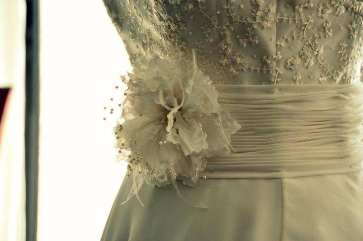 Flores artesanalmente elaboradas en shifones y organzas, centro en perlas y plumas. #GBnoviasfelices