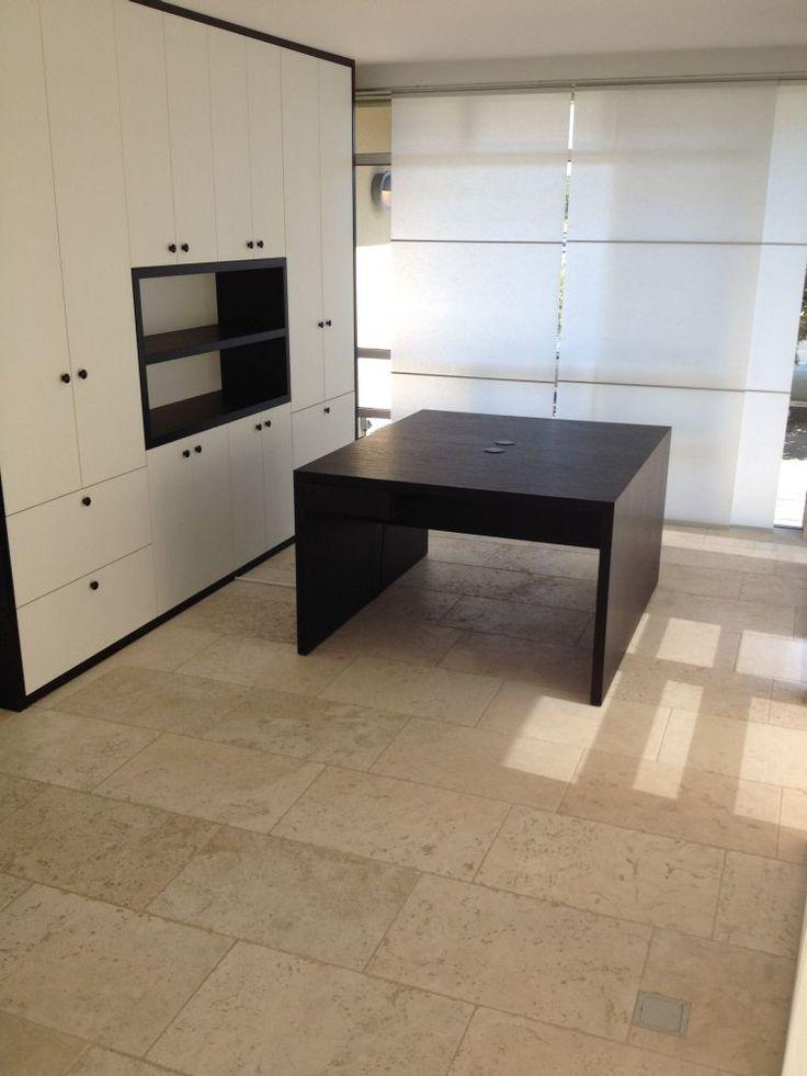 Kastenwand in zwart/wit voor kantoor aan huis met bijpassend bureau en bezoekerstafel te Zeist gerealiseerd door VRI interieur.