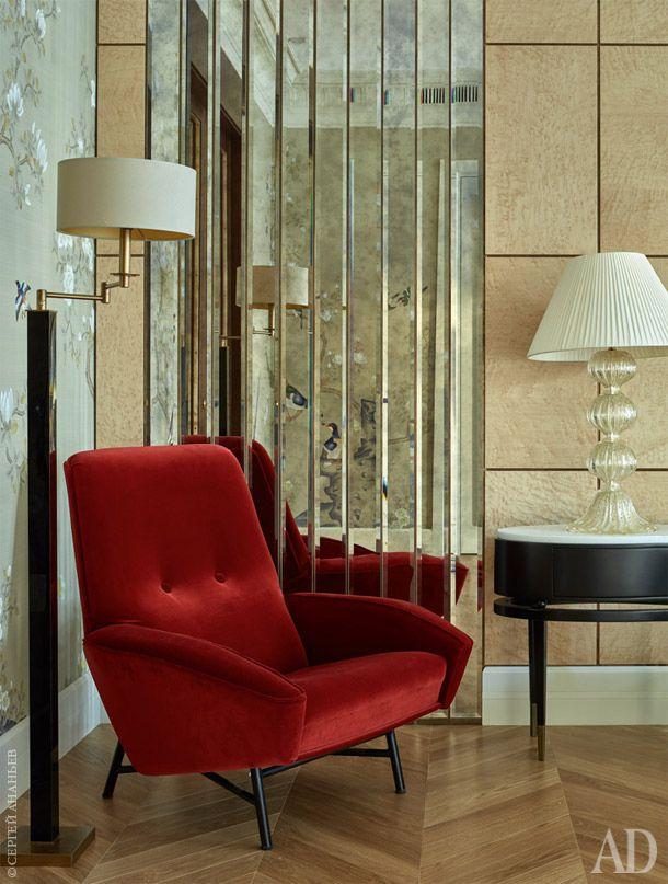 Фрагмент спальни. Обои, deGournay. Кресло иторшер— винтажные. Потайная зеркальная дверь ведет вгардеробную.