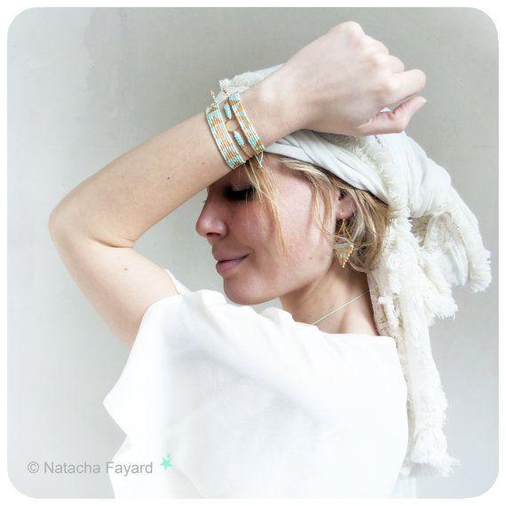 Set de 3 bracelets tissés à la main, style ethnique chic et graphique, en micro macramé (fil polyester) et perles de rocailles japonaises (miyuki delicas) couleur fresh mint / menthe fraîche ! Conçues et réalisées en France, bijoux de créateur français.  Expédiées dans 3 pochettes en tissu fait main. Parfait pour un cadeau.  Pour vos cadeaux, je peux ajouter une carte de voeux, ainsi quun message. Me contacter au moment de la commande.  Envoi gratuit avec suivi en France.   Set composé ...