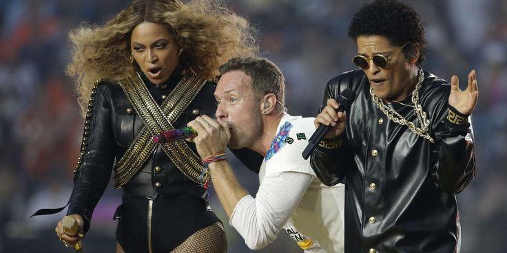 Un an après l'icone de la pop Katy Perry, les organisateurs de la 50e édition du Super Bowl, la grande messe du football américain, avaient confié la scène au groupe britannique Coldplay. Il a ensuite été rejoint par Bruno Mars puis Beyoncé. Avant le coup d'envoi du match, l'hymne américain a été interprété par l'excentrique Lady Gaga.