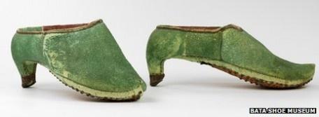 """Zapatos de tacón en hombres?""""Los zapatos de tacón fueron usados por siglos en el Medio Oriente como el calzado para los jinetes"""", asegura Elizabeth Semmeljhack del Museo Bata Sho en Toronto.Una buena equitación era esencial en los estilos de combate en Persia, el nombre histórico de Irán.    """"Cuando los soldados se aferraban a sus estribos, el tacón ayudaba a sujetarse al caballo y así poder disparar sus flechas con más precisión"""",  Este ejemplar se expone en el Bata shoe Museum."""