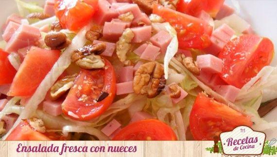 Ensalada fresca de lechuga con nueces -  Las ensaladas son una cena muy saciante y muy saludables, ya que podemos comer una gran cantidad, quedar hartos y saber que no contienen muchas calorías, porque los ingredientes son muy saludables. Por ello, hoy os presento esta ensalada fresca de lechuga con nueces, para que las cenas a... - http://www.lasrecetascocina.com/2013/05/09/ensalada-fresca-de-lechuga-con-nueces/