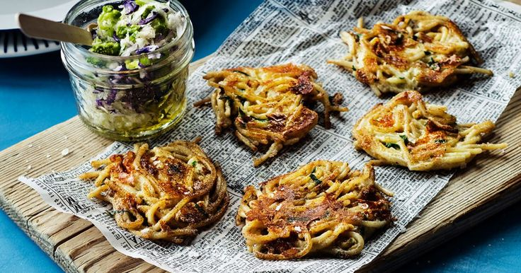 Spagettiplättar är barnsligt goda, enkla att göra och blir snabbt populära på middagsbordet. Spagettiplättar är perfekt, snabblagad vardagsmat när det finns spagetti över i kylskåpet.