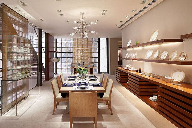 「待ってました!」(岸田一郎)Herm s(エルメス)は、2011年9月1日、エルメス銀座店にて家具をはじめとするホームコレクションを発売しました。エルメスはこれまでも生活を豊かに美しく彩るアール・ド・ヴ