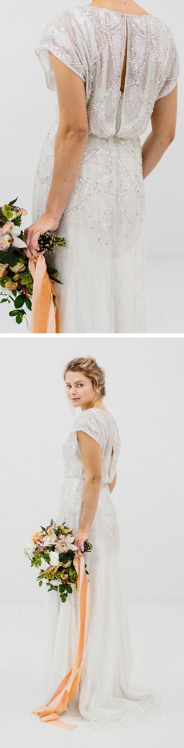 Da David's Bridal, gli abiti partono da $ 399, con dettagli incredibili sia davanti …