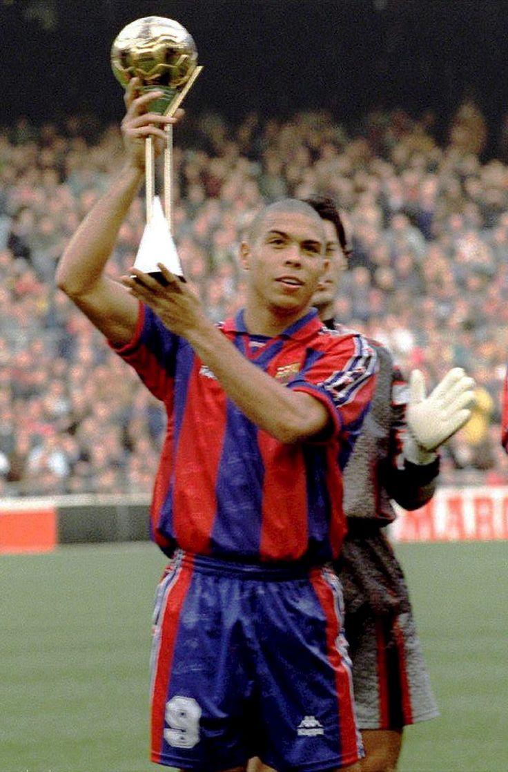 Ronaldo alzando el trofeo de Mejor Jugador del Mundo Fifa1997