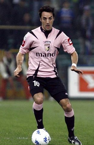 Mattia Cassani has moved from Fiorentina to Serie A rivals Parma on what is for now a temporary loan deal, with the option to buy later. The 29 year old right back moved to Fiorentina from Palermo in 2011 on a similar deal – a loan to begin with, with an option to buy later kind of set up. He also had a brief spell at Genoa at the start of 2013 under similar terms, but Genoa declined to buy him and he returned to Fiorentina.