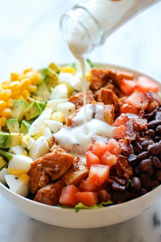 Een lekker koolhydraatarm hoofdgerecht, Zomerse kipsalade met yoghurt dressing. Dit is een heerlijke frisse salade voor op een mooie Zomerse dag.