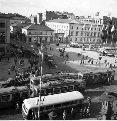 Ulica Nowy Świat u zbiegu z Alejami Jerozolimskimi.  Widok z budynku Banku Gospodarstwa Krajowego - 1955 rok.  Fot. Zbyszko Siemaszko/NAC
