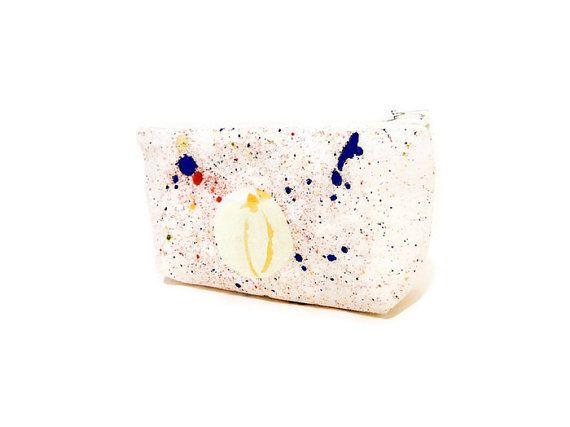 Eine solche künstlerische Tasche für Ihre künstlerische Natur! Kühle Stoff aus Nani Iro Frühjahr 2015-Auflistung darstellt es ihr Ausdruck der Musik gefangen auf Textilien! Dieses Stück, verwendet für das Federmäppchen hat Spritzer Farbe auf natürlicher Basis punktiert. Diese Tasche ist perfekt für kleine Schätze, Kosmetik, Körperpflege, Karten, Änderung, Schlüssel! Schön und künstlerisch, großes Geschenk oder für sich selbst Wunderbare Formen, füllen Sie es mit einer Geschenkkarte oder…
