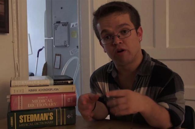 Jovem anão grava documentário com câmera escondida para mostrar preconceito Reprodução/Youtube
