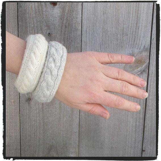 Breda stickade armband i naturfärger i Svensk ull. Basen är återvunna (inte så fina armband från 1980-talet), sedan har jag stickat nya vackra nya överdrag.