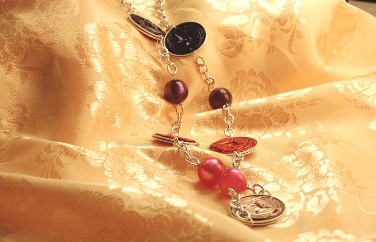 Chiara – Collana argentata con cialde. Rosa antico. fucsia metallico e viola, perle sintetiche rosa caramella e viola opaco