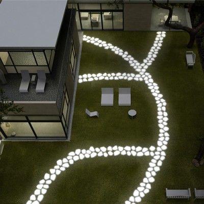 Jak sprawić by Twój ogród wyglądał interesująco po zmroku? Współcześni projektanci i producenci wychodzą naprzeciw potrzebie uzupełnienia ogrodu o światło w bardzo nowoczesnym stylu.  http://www.sztuka-krajobrazu.pl/496/slajdy/projekty-ogrodowe-ndash-swiatlo-w-ogrodzie