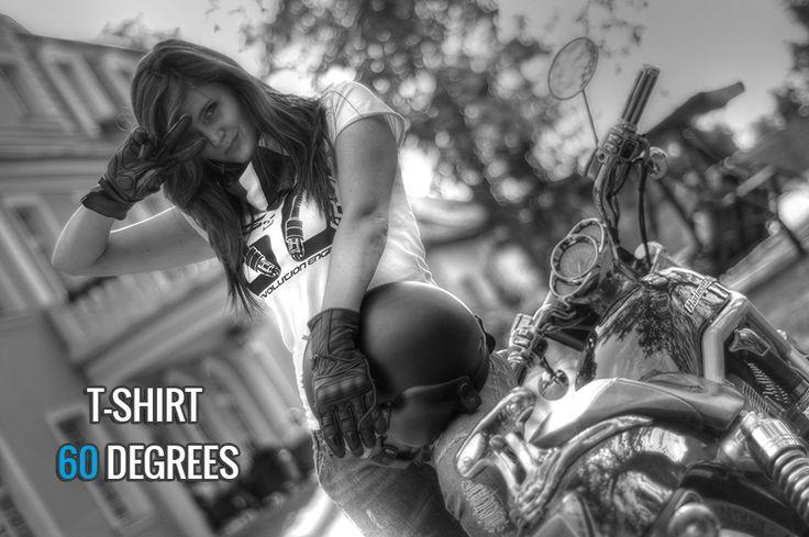 T-Shirt 60 DEGREES – Koszulka damska i męska, wykonana z wysokogatunkowej bawełny czesanej z nadrukiem w technologii termotransferowej.  Ze względu na swoją wytrzymałość świetnie nadaje się jako odzież na motocykl, jak również do użytku codziennego.  DARMOWA WYSYŁKA!!!