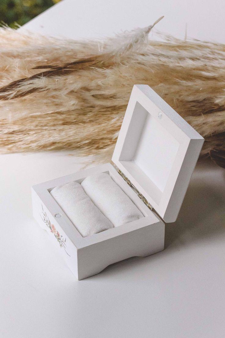 Свадебные шкатулки для колец ◈ Авторский Киоск Свадебная шкатулка для обручальных колец от мастерской Авторский Киоск  Размер 9х8см, высота 5,5см Натуральное дерево Валики внутри