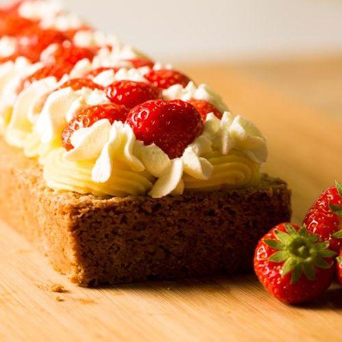 Wat is er nu lekkerder dan een aardbeien cake? Deze cake, gevuld met amandelspijs en banketbakkersroom, is afgewerkt met opgeklopte slagroom een natuurlijk aardbeien.