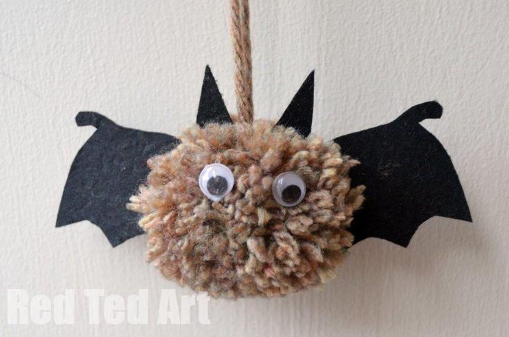 Our pom pom obsession continues. Last week we shared some cute little Hedgehog Pom Poms (just SOOOO lovely for Autumn Play) and now we have some pom pom bats.. They are rather cute, if I say so myself.  And we have more pom poms to come. As I mentioned before, since I bought the biggest stash …